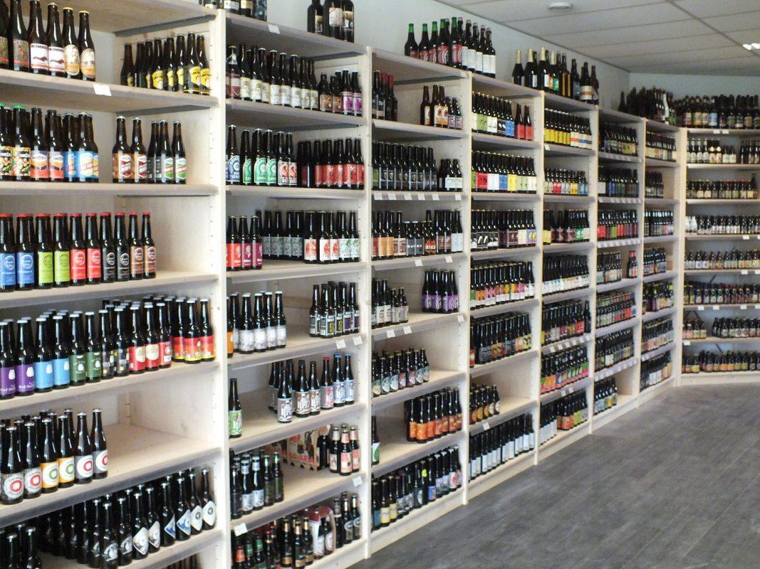 wijnstellingen en rekken drankenhandel bouwhuis